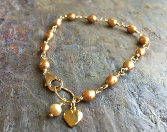 Gold bracelet with freshwater pearls and a heart charm