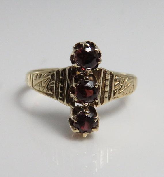 14k Victorian Garnet Ring. sz 7.