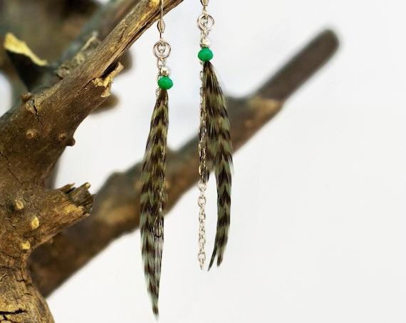 Boucles d'oreilles de plumes vertes et noires pendantes asymétriques