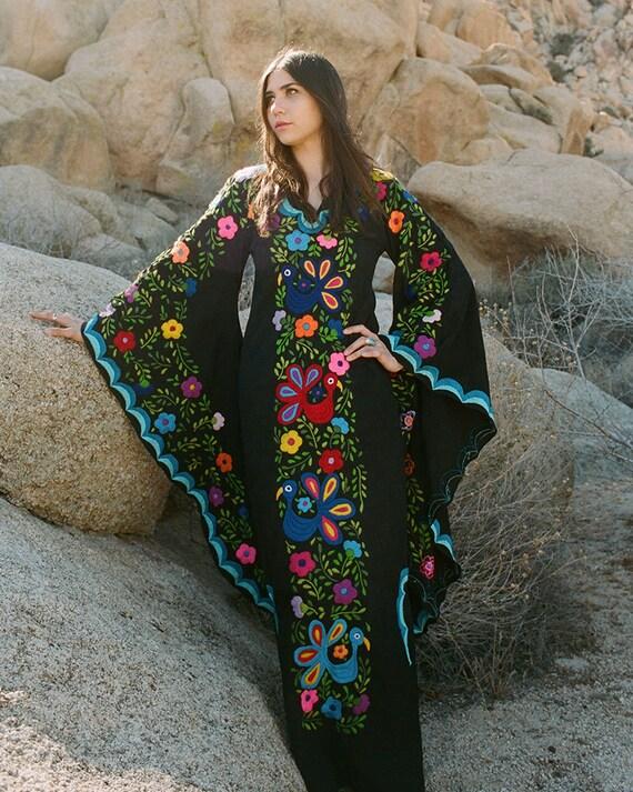 5c2907239 Vestido de novia mexicano negro y azul, vestido de novia Boho, vestido Maxi  Caftan, bordado mexicano, boda en la playa,