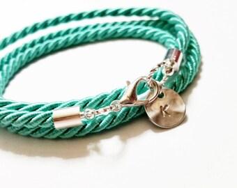 Wrap Triple menthe estampillé corde initiale Bracelet - Bracelet de l'écume de mer - plage mariage - Bracelet brésilien - Bracelet BFF