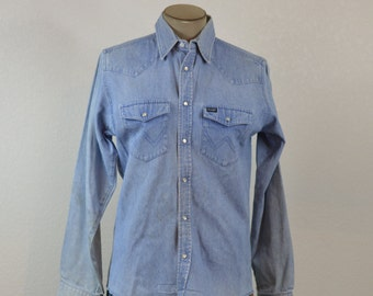 06fff7b835 90 s Vintage Wrangler Denim Western Shirt Pearl Snap Buttons Beautifully  Distressed