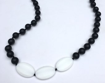 SillyMunk™ Silicone Teething Necklace Black and White BPA Free for nursing moms and teething babies