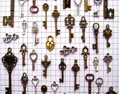 43 Old Bulk Lot Steampunk Skeleton Keys Brass Charms Jewelry Gothic Wedding Beads Pendant Collection Reproduction Vintage Antique Craft zz