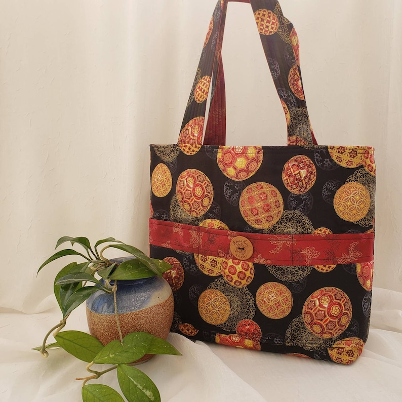 Christmas metallic ornaments on black with berry red accents /& inside 23 quilted straps 6 pockets Reversible cotton tote