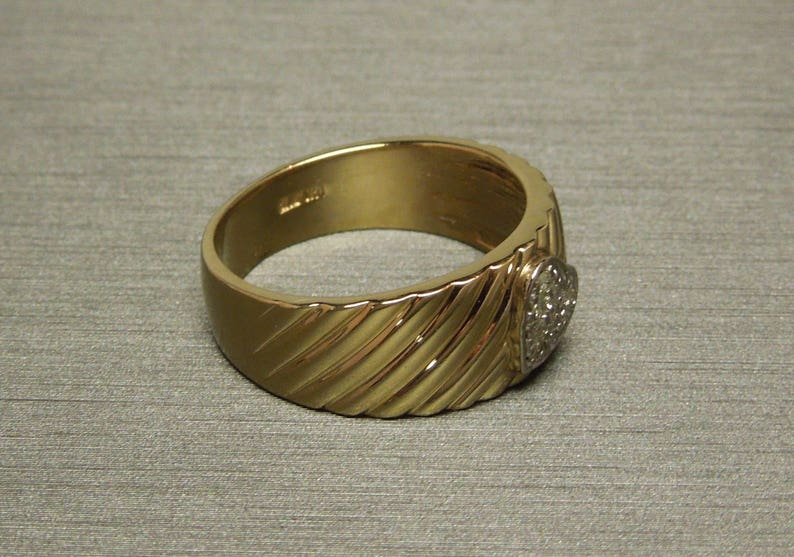 Vintage Estate C1980 14K Gold Patterned 0.15TCW Pave Diamond Heart Fluted Band  Sweetheart Promise Ring Sz 7.75