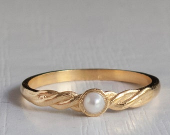 A Pearl Rings with a half twisted Band