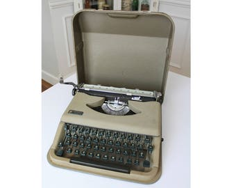 Vintage Italian Antares Parva Manual Portable Typewriter with Carrying Case