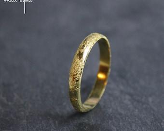 Textured wedding band in yellow gold 18 carat, Meteorite weeding ring handmade in France, Unisex ring, Minimalist women men wedding ring