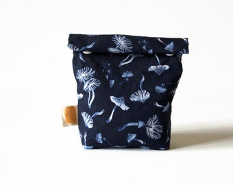 Reusable snack bag or sandwich bag, eco-friendly bag in Doggy bag format, washable bag for a zero waste lunch - Mushrooms in blue