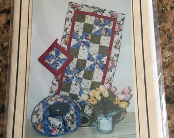 Pearl Louise Designs #447 Spring Fling Table Runner, Pot Holder & Casserole Cozy pattern/instructions new