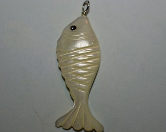 Vintage Mother of Pearl Fish Charm/Pendants  (1060299)