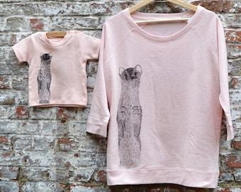 Moeder en Baby Dochter Bijpassende Outfit - Pastel Roze Sweater Vrouw Mama en Baby Dochter - Dier Print Wezel - Eco Fair trade kledij vrouw