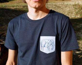 Marine Blauw T-shirt voor mannen met olifant dier print op borstzakje   ecologisch bio katoen mannenkleding Fair Trade   ArtEffectPrints