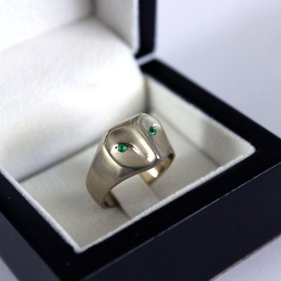 White gold owl ring with emerald eyes, gold barn owl ring, owl jewelry, gold owl jewelry, emerald green eyes, owl ring, owl Christmas gift