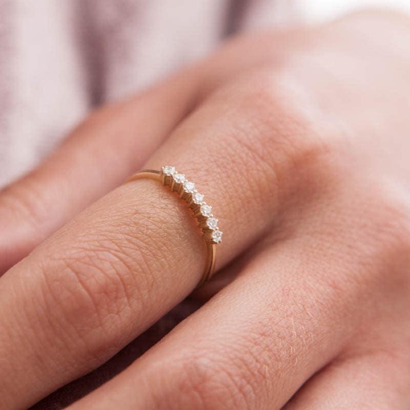 Простенькое кольцо золотое на руке фото