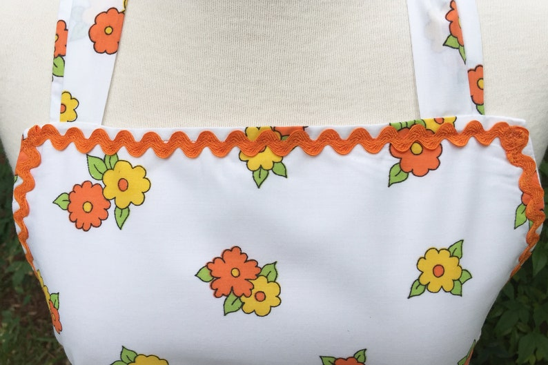 Hills Barn Flowers /& Trees Apron ~ Early Riser  Rooster on the Farm ~ Lined ~ Curved Hem ~ Vintage Fabric w Sunrise White Picket Fence