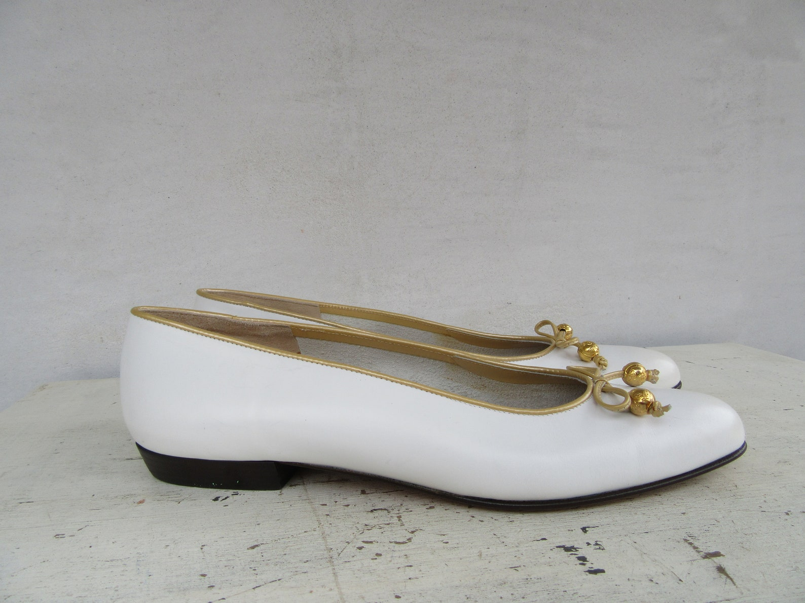 salvatore ferragamo bow flats white and gold leather ballet shoes size 8.5 aa narrow width 39 euro