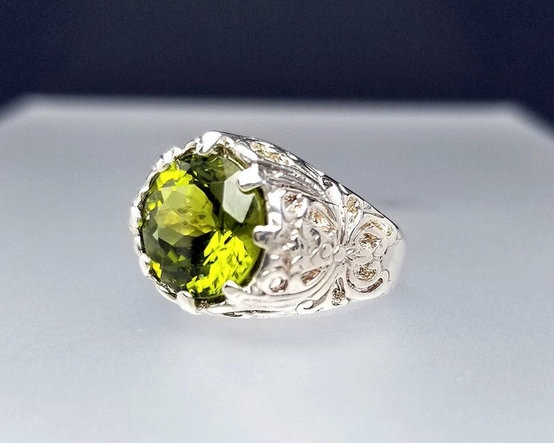 5 ct Peridot Ring in Sterling Silver / Vintage Style August image 0
