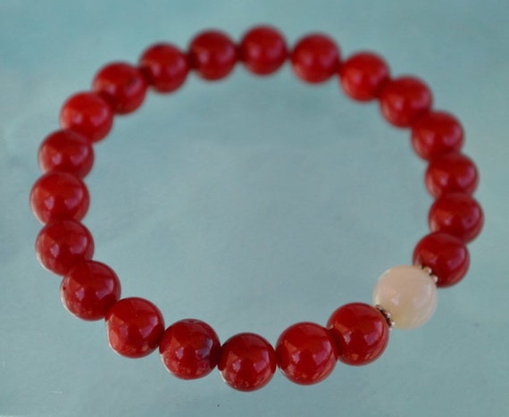 8 mm Red Coral Mother of Pearl Wrist Mala Beads Bracelet - Attract love Assists clear reasoning Inventiveness Balanced opinion Truthfulness