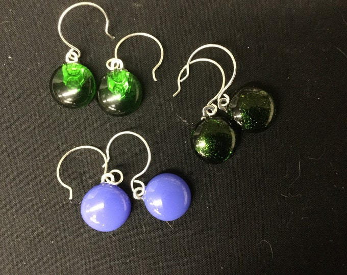 Fused glass round drop ear rings in a beautiful emerald green and saphire blue.  Unique rounded ear wires finish these beauties.