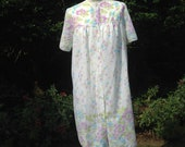 Vintage 1960s, 1970s White with Floral Pattern Baby Doll Style Robe, Wrap, Nightie. Nightwear, Loungewear.