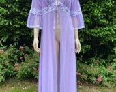 Vintage 1960s, 1970s Pale Purple, Mauve Floaty Nylon Robe With White Lace & Ribbon. Nightwear, Lingerie, Glamour, Foster Reid.
