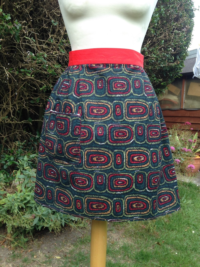 Vintage 1950s cotton abstract print half apron pinny. image 0