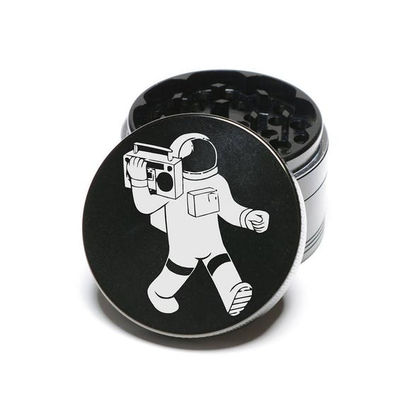 Gravé au laser GS370 de moulin à herbes - Spaceman Boombox marche dans l'espace Design 4 pièce aluminium moulin à