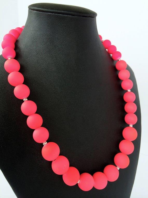 gros collier femme rose fluo
