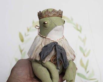 Textile Künstlerfigur Froschkönig im Primitive Folk Art Stil mit Krone von FilASophie