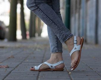 Sandales en cuir blanc, asymétriques sandales, chaussures d'été, blanc sandales, sandales plates, livraison gratuite