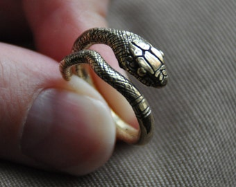 Ring in the form of a poisonous snake