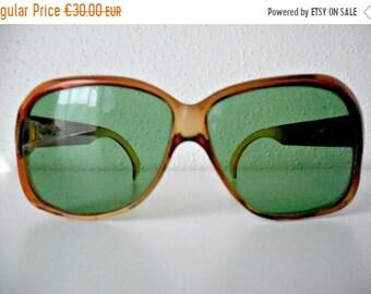 9a70b55b49a Très grandes lunettes de soleil originaux des année 70 de marque