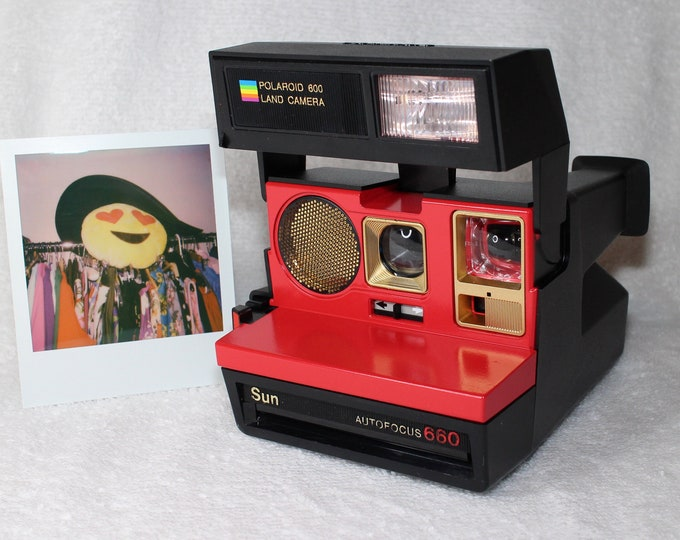 Autofocus Polaroid 660 - cleaned, tested and Upcycled with Red and Gold
