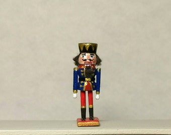 Miniatura nutcracker .With its own cardboard . Scale  1:12 .25-30 mm tall . WHand carved wood . Hand painted