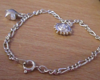 """vintage silvertone charm bracelet with star,sun 7""""long lovely patterned chain good condition"""