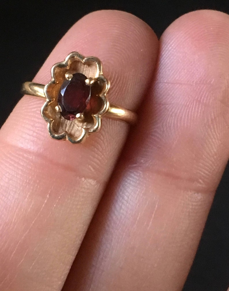 Vintage 10K Yellow Gold and Oval Red Garnet Ladies Ring
