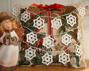 Crochet Christmas wreath with white cotton stars. Decorations in the shape of stars. Ideas for Christmas