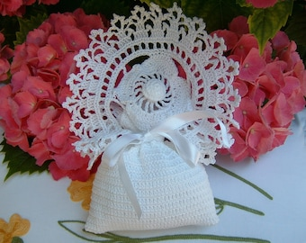 Favor bag for crochet wedding with flower and finishing bows. Crochet wedding. White lace wedding favor.