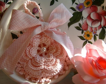 Crochet favor bag with a romantic Irish rose. Small crochet bag, wedding gift, baptism and ceremonies