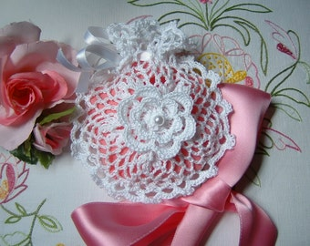 Crochet favor bag. White cotton favor with bows and roses of Ireland. Small crochet bag for wedding
