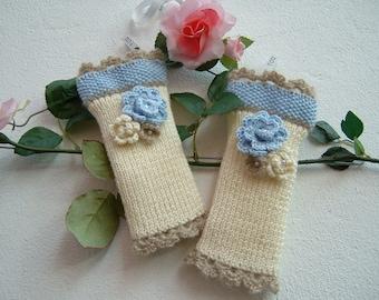 Manicotti in lana avorio, azzurro e beige-Mezzi guanti ai ferri con i fiori applicati-Guanti senza dita a maglia-Scalda polsi tricot