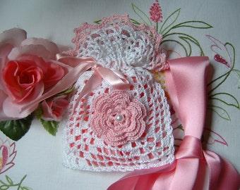 Handmade crochet favor bag made of white and pink cotton. Romantic wedding favor. Small crochet bag for wedding