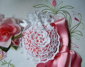 White cotton crochet favor bag with a central rose. Romantic wedding. Shabby chic style. Wedding Gift
