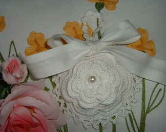 Crochet wedding favor bag with a romantic white Rose of Ireland-confetti door in crochet-wedding gift