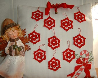 Twenty star-shaped Christmas decorations. Crochet lace stars in red cotton. Ideas for Christmas