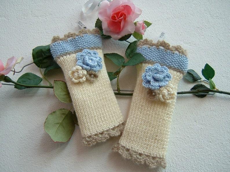Manicotti in lana avorio azzurro e beige-Mezzi guanti ai  10d3a0379e85
