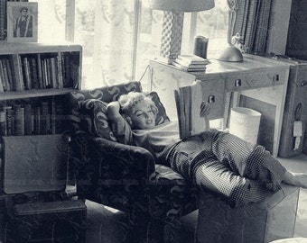 COOL RARE Marilyn Monroe Reading at Home - 50s 60s - Photo Picture Poster