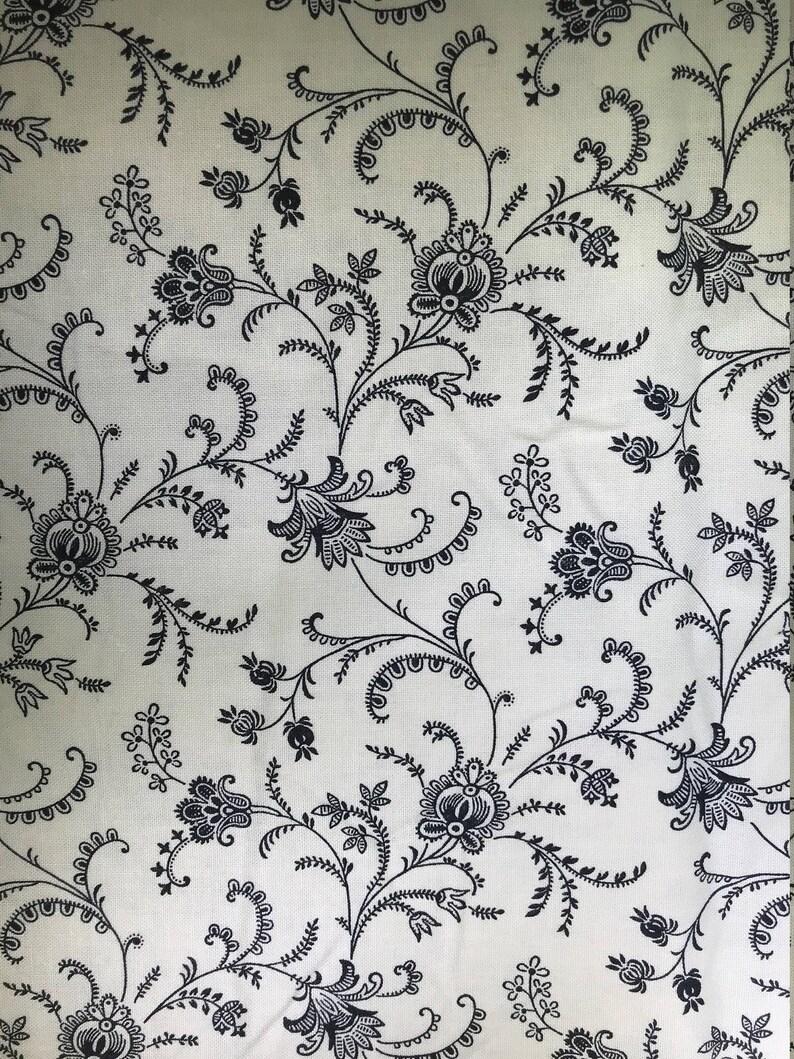 d85c6047fe Fiori neri su sfondo bianco stoffa - Timeless Treasures - tessuti di SoHo -  Quilting cotone tessuti - Scegli il tuo taglio.